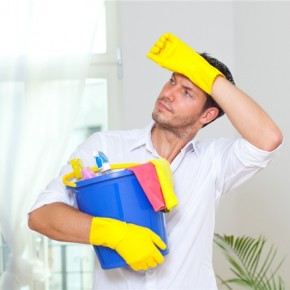man cleaning 290x290 8 Марта каждый день