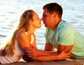 stock footage beautiful young couple lying by the lake and kissing 290x224 Химическая формула любви