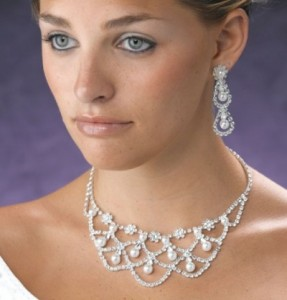 bridal necklace and earrings with pearls and crystal e1326838712891 287x300 Как выбрать серьги?